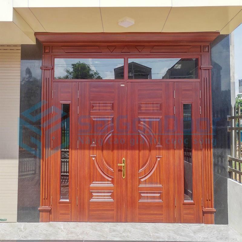 Mẫu cửa thép vân gỗ 4 cánh có kính