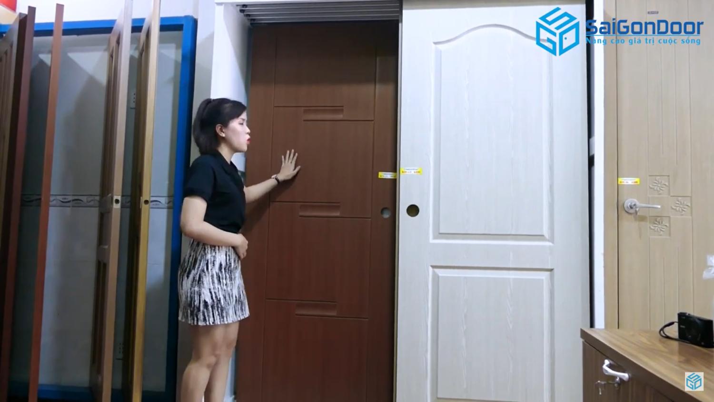 Cửa ABS Hàn Quốc họa tiết xoan đào vân gỗ với 4 pano cực kỳ dễ lau chùi
