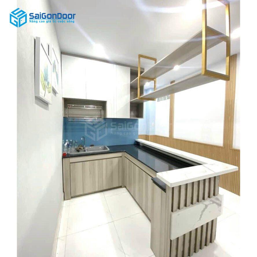 Mẫu 27: Tủ bếp L kết hợp không gian nhiều ánh sáng sang trọng