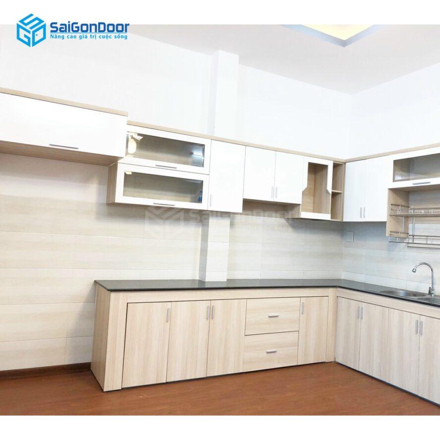 Mẫu 28: Tủ bếp chủ đạo màu trắng kết hợp vân gỗ mang lại không nội trợ thoải mái và tiện nghi
