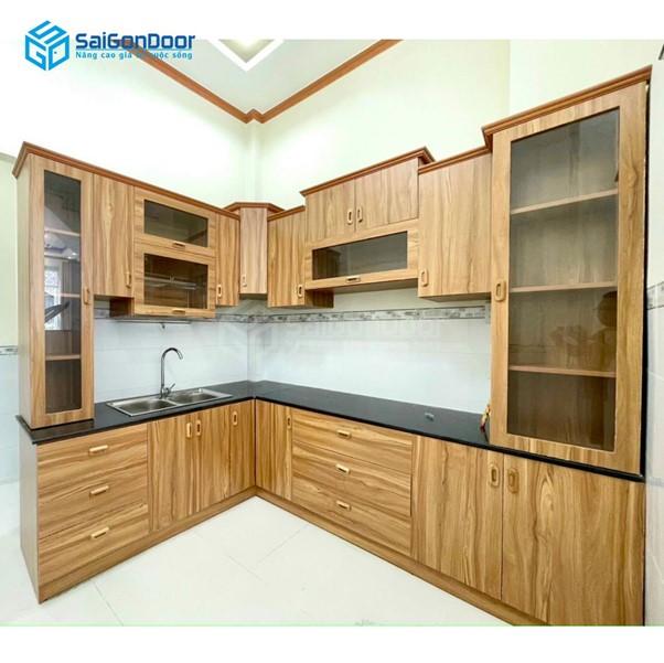 Kệ bếp mang thiết kế vân gỗ