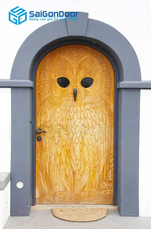 Một dạng cửa vòm làm bằng gỗ tự nhiên với dạng hoa văn chạm khắc độc đáo