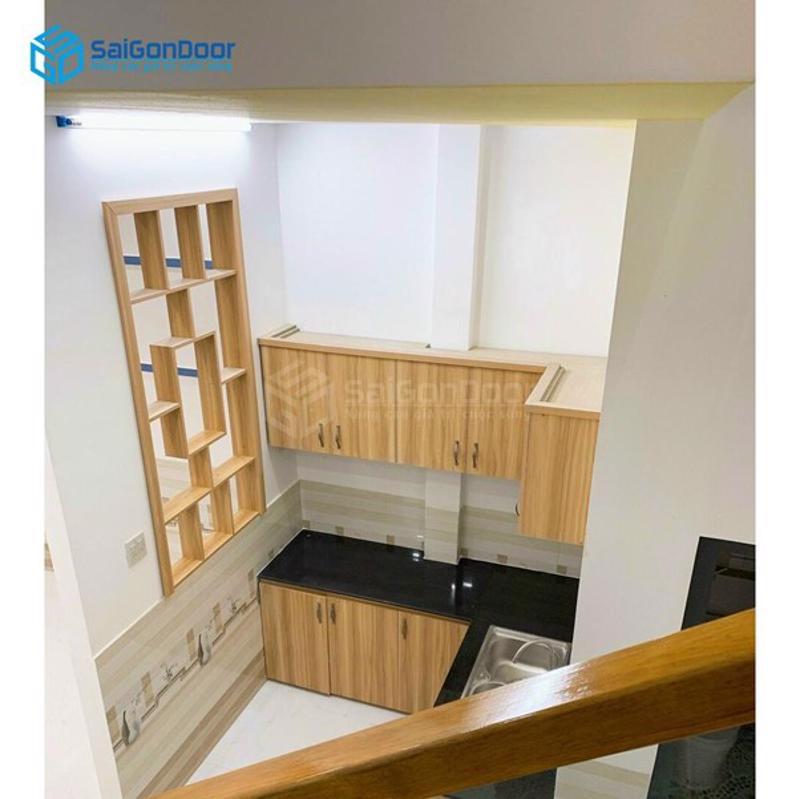 Kệ tủ bếp làm từ gỗ sồi căm xe