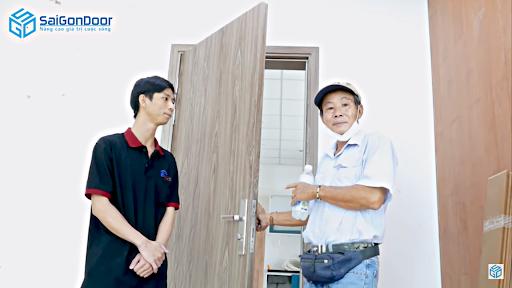Cửa phủ PVC khi lắp đặt xong giống sản phẩm cửa gỗ tự nhiên